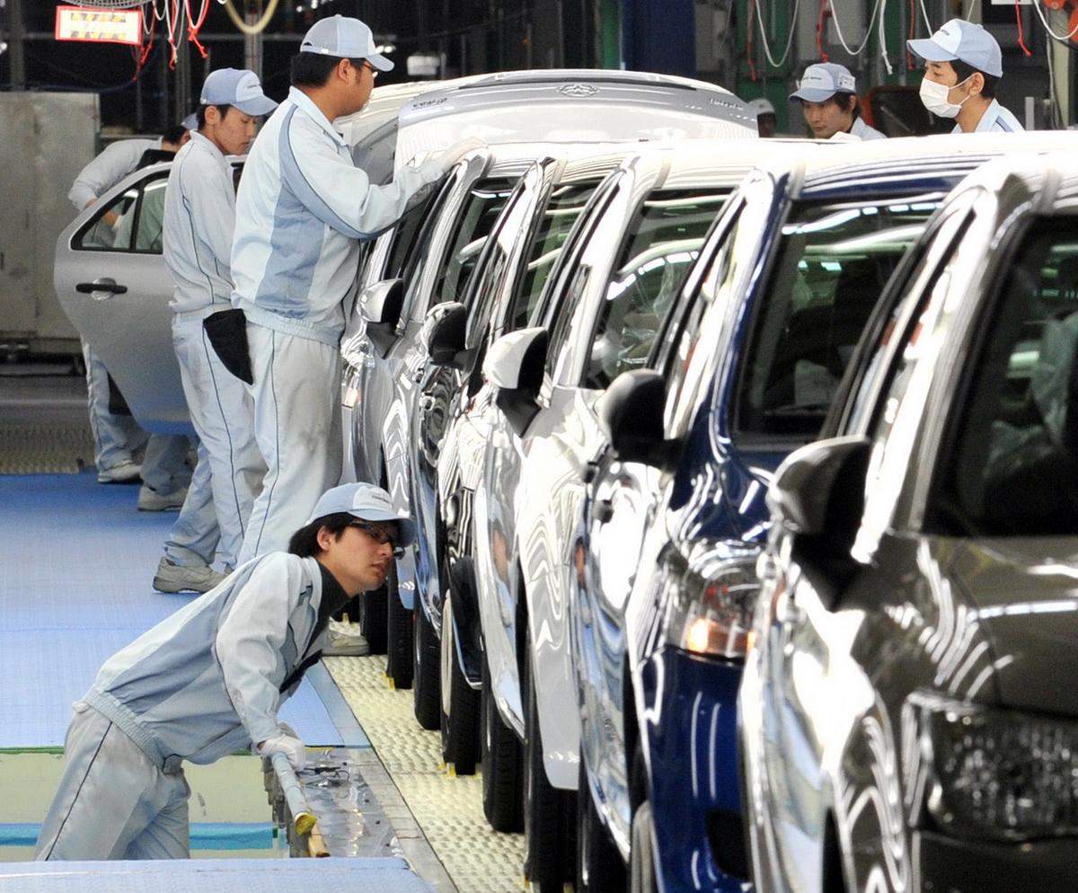 Các lao động Nhật Bản làm việc trong một nhà máy sản xuất xe hơi