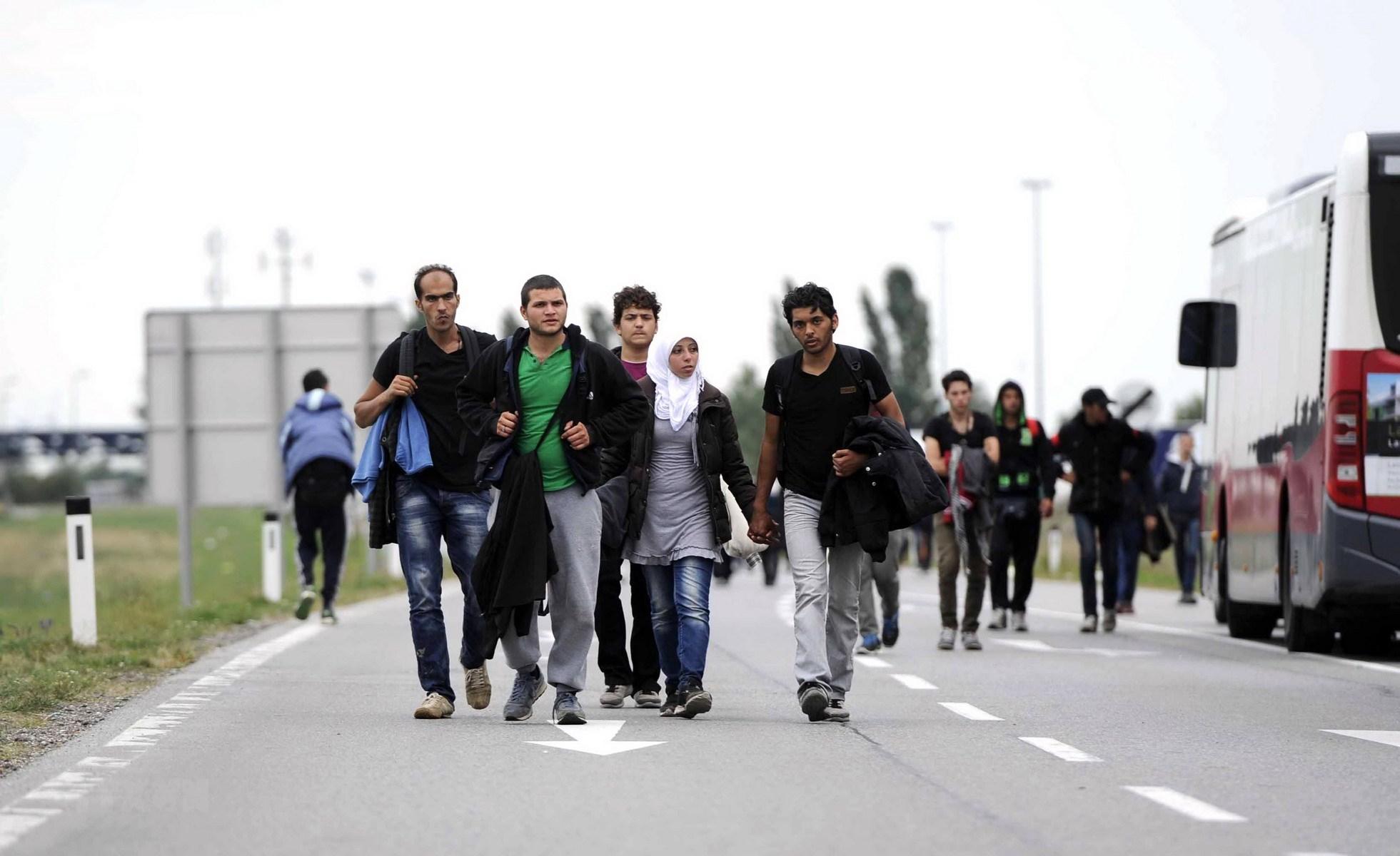 Dòng người tị nạn tại khu vực kiểm soát ở biên giới Áo-Hungary, gần Nickeldorf. (Nguồn: AFP/TTXVN)