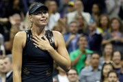"""""""Búp bê Nga"""" Sharapova rơi lệ sau khi đánh bại Simona Halep"""