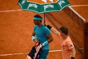 Roland Garros: Ông trời lại 'cứu' Rafael Nadal, Halep ngược dòng