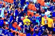 CĐV Nhật Bản lại khiến thế giới cảm phục vì nhặt rác sau trận đấu
