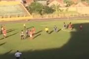 Cận cảnh cầu thủ Bà Rịa-Vũng Tàu đuổi đánh trọng tài ngay trên sân