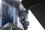 [Photo]: Khói bốc cao hàng mét tại công trình của FLC ở Cầu Giấy