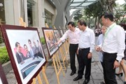 Bộ trưởng Trương Minh Tuấn tham quan trưng bày ảnh APEC 2017 tại TTXVN