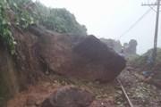 Khối đá nặng khoảng 10 tấn nằm chắn ngang đường sắt Bắc Nam