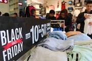 """Nhà bán lẻ tung chiêu """"săn"""" khách hàng trong ngày Black Friday"""