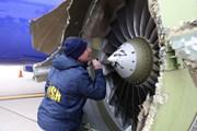 Kiểm tra động cơ máy bay sau vụ nữ khách bị hút ra ngoài cửa sổ