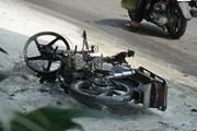 Bị cảnh sát giao thông xử phạt, nam thanh niên bật lửa đốt xe máy