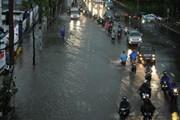 [Photo] Mưa lớn, người dân TP Hồ Chí Minh lại bì bõm trong nước