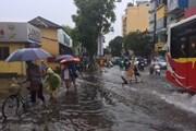Mưa lớn cuối chiều, một số tuyến phố ở Hà Nội lại bị ngập