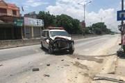 Xe cứu thương mất lái đâm thẳng vào tiệm tạp hóa bên đường