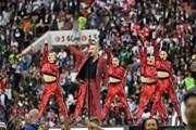 Vì sao Robbie Williams giơ 'ngón tay thối'ở lễ khai mạc World Cup?