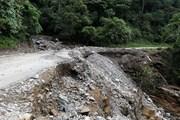 [Photo] Nhiều đoạn trên Quốc lộ 279 sạt lở nghiêm trọng do mưa lũ