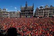 Hàng nghìn người đón tuyển Bỉ, trong khi chỉ 400 fan đón tuyển Anh