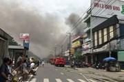 Thành phố Hồ Chí Minh: Cháy lớn tại kho đồ gỗ, khói đen bốc cao