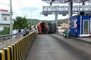 Phú Yên: Tai nạn giao thông ngay trạm thu phí, xe tải lật nghiêng