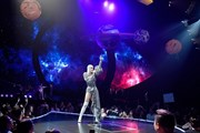 Katy Perry diện đồ của nhà thiết kế Công Trí ''thổi tung'' sân khấu
