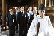 Thủ tướng Nhật Bản Shinzo Abe gửi đồ lễ đến đền Yasukuni