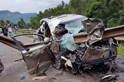Xe ôtô 7 chỗ đâm vào taluy ven đường, 4 người thương vong