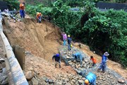 Lai Châu: Sạt lở đất đá, 1 xe ôtô và 1 máy xúc bị hất xuống vực sâu