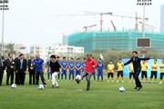 Hình ảnh Tổng thống Hàn Quốc trổ tài đá bóng với cầu thủ trẻ Việt Nam
