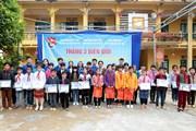 Tuổi trẻ TTXVN mang yêu thương đến với học sinh nghèo vùng biên
