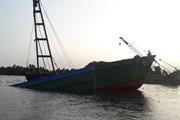 Binh Dương: Trục vớt sà lan hàng trăm tấn trên sông Sài Gòn