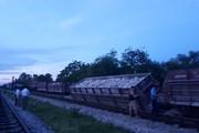 Nghệ An: Tàu hỏa chở đá bất ngờ bị trật bánh ở ga Yên Xuân