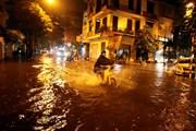 Các tuyến phố Hà Nội bị ngập úng nhẹ sau cơn mưa tối ngày 15/7