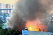 Cháy kèm theo nhiều tiếng nổ lớn trong căn nhà chứa nhiều bình gas