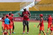 Sol Campbell ấn tượng với các cầu thủ nhí tại TP. Hồ Chí Minh