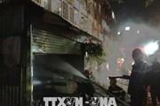 TP.HCM: 4 giờ đồng hồ giải cứu 1 phụ nữ mắc kẹt cạnh đám cháy dữ dội