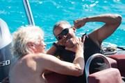 Ông Obama học lướt ván diều, chơi đùa cùng người bạn tỷ phú