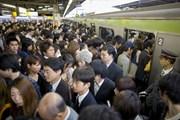 Tokyo phát động chiến dịch giảm tải hành khách đi tàu giờ cao điểm