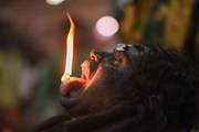 Ảnh đẹp trong tuần: Người đàn ông nuốt lửa trong lễ hội ở Ấn Độ