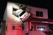 Xe ôtô phóng nhanh, đâm thủng tầng hai văn phòng làm việc