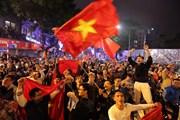 Dân Hà Nội hát 'Như có Bác Hồ' trong ngày đại thắng của U23 Việt Nam