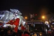 """Tắc đường, người dân """"chiếm"""" xe buýt mừng chiến thắng của U23 Việt Nam"""