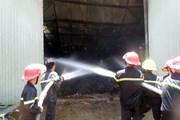 Nam Định: Kho vải vụn và bông sợi bén lửa cháy rụi thành tro