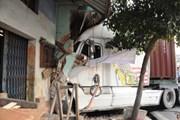 Xe container đâm sập nhà dân, 3 người đang ngủ bị thương nặng