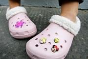 [Video] Hãng giày dép Crocs đóng cửa hàng loạt các cơ sở sản xuất