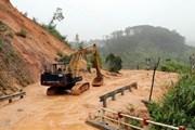 Tuyến đường từ Cửa khẩu Quốc tế Bờ Y qua Lào ách tắc vì sạt lở