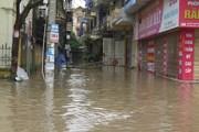Hải Dương: Nhiều điểm cứ mưa là ngập, dân phải dùng bao cát chặn cửa