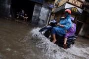 Hình ảnh người Hà Nội chật vật di chuyển trong cơn mưa lớn