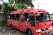 Xe khách mất lái lật ngang đường, hai người chết, 14 người bị thương
