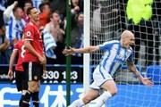 M.U thua sốc Huddersfield: Cơn mưa Yorkshire chôn vùi Quỷ đỏ