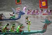 Hàng nghìn người đến cổ vũ hội thi bơi chải Bạch Hạc trên sông Lô