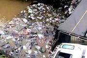 Xe quá tải lưu thông khiến cầu bị sập, cả xe và hàng rơi xuống sông