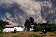 Indonesia: Núi lửa phun khí độc, 30 người phải nhập viện điều trị