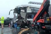 Video xe khách đâm xe cứu hỏa trên cao tốc khiến 1 chiến sĩ tử vong